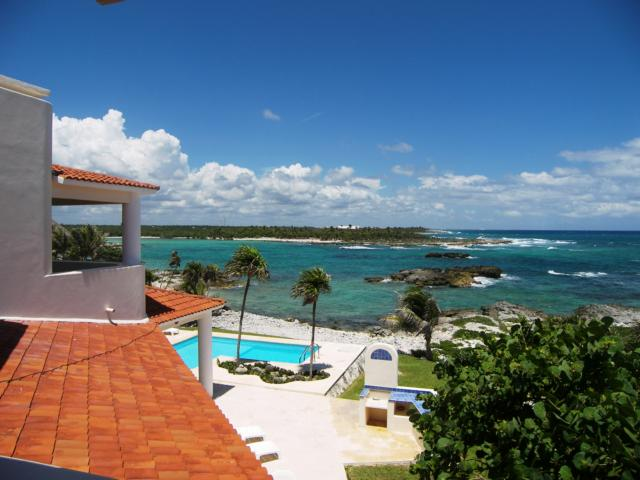 Villa de los Sueños. Panoramic view of the pool and lagoon.