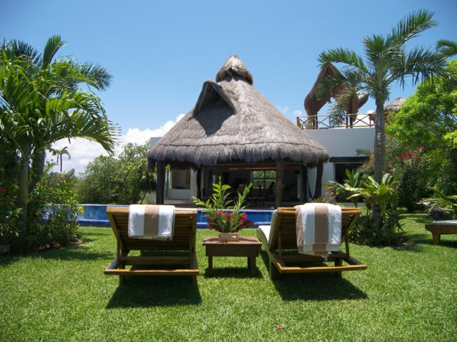 Villa Caleta. Pool and resting area